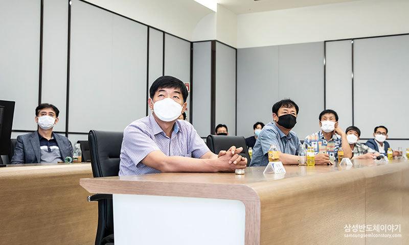 소통협의회에 열심히 참여하는 중인 위원들