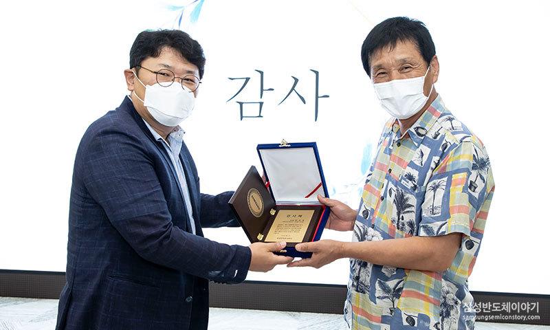 박진수 의장이 위원들에게 감사패를 전달하는 모습