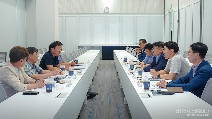 회의중인 위원들