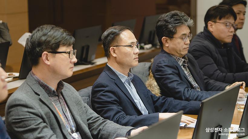 소통협의회 회의 영상을 경청하는 위원들