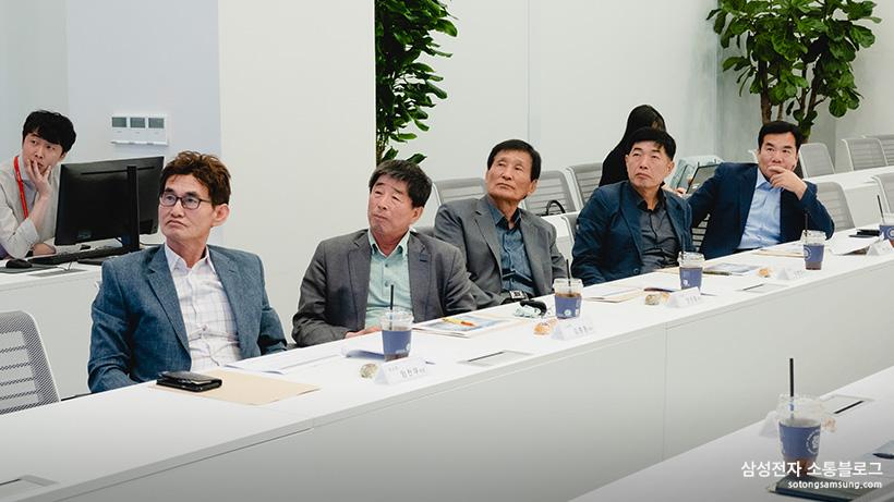 회의를 경청하는 소통협의회 위원들